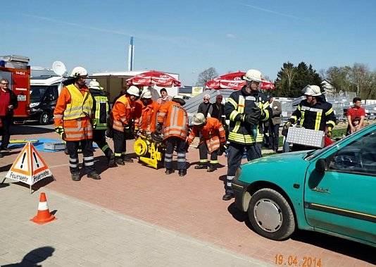 Die Feuerwehr demonstrierte, wie sie in einem Ernstfall ein Auto aufmachen
