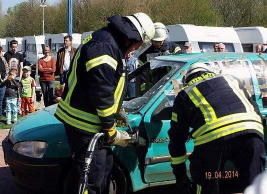 Die Feuerwehr bricht mit einer Hydraulikpresse die Fahrertür bei einem Auto auf. Demonstrationszwecke