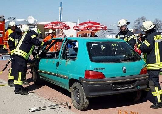 Aufbruch eines Autos bei der Jubiläumsfeier von Wohnwagen Bodenburg