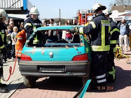 Die Feuerwehr bricht das Auto auf.