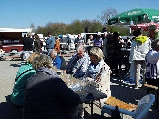 Da das Wetter so gut war, standen draußen Bierzeltgarnituren, wo sich die Besucher hinsetzen konnten und den Tag bei Wohnwagen Bodenburg genießen konnten.
