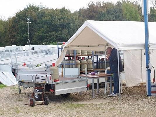 Zelt mit Equipment von Wohnwagen Bodenburg