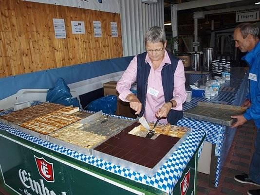 Engagierte Menschen bei dem Kuchenstand von Wohnwagen Bodenburg