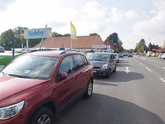 Hintereinander parkende Autos auf dem Parkplatz von Wohnwagen Bodenburg