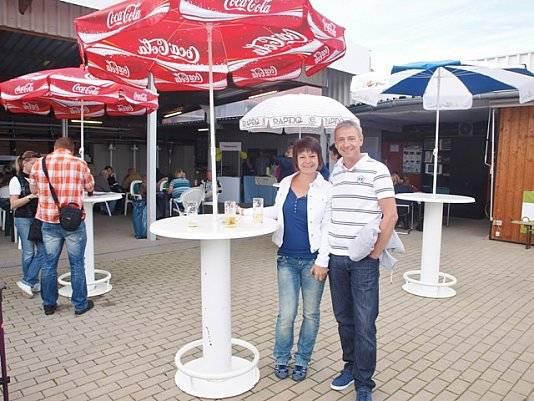 Schirmfoto mit 2 Personen bei Wohnwagen Bodenburg