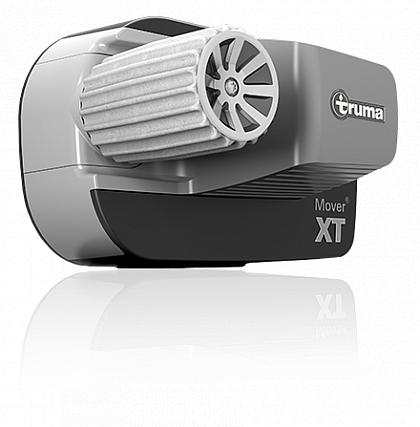 Der Mover XT ist eXTrem überlegen: Mit ihm manövrieren Sie Ihren Wohnwagen präzise, ruckfrei, geschmeidig und sicher auf jeden Stellplatz – auch um Ecken und Kurven. Selbst bei Hindernissen auf einer Seite hält die Rangierhilfe den Caravan verlässlich auf Spur. Der Mover XT ist äußerst kompakt und leicht gebaut und lässt sich automatisch per Fernbedienung an die Reifen an- und abschwenken.  Ultimative Präzision und 100 Prozent Geradeauslauf wie auf Schienen Höchste Zuverlässigkeit und Sicherheit Stufenlose Beschleunigung dank der Truma Dynamic Move Technology Maximaler Gewichtsvorteil von 20 Kilogramm