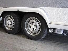 Der Mover XT2 bewegt mühelos doppelachsige Caravans mit einem Gewicht bis zu 2400 Kilogramm. Mit der Rangierhilfe manövrieren Sie Ihren Wohnwagen ohne Kraftaufwand an seinen Platz. Über den Drehknopf und den Schieberegler der Fernbedienung können Sie ihn stufenlos und ruckfrei beschleunigen und in alle Richtungen lenken – dank der bewährten Truma Dynamic Move Technology.  100 Prozent Geradeauslauf und ultimative Präzision – auch auf unebenem Boden Höchste Zuverlässigkeit und Sicherheit Intuitives Lenken per Fernbedienung Maximaler Gewichtsvorteil von 20 Kilogramm dank hocheffizienter High-Tech Motoren
