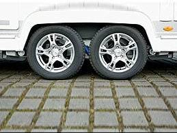 Der Mover XT4 ist unter den Rangierhilfen das Kraftpaket für Schwergewichte. Er eignet sich insbesondere für große, schwere Doppelachser-Wohnwagen mit einem Gewicht bis 3100 Kilogramm. Die hocheffizienten Motoren benötigen eine geringe Batteriekapazität: Eine 55 Ah Optima-Batterie reicht für den Mover XT4 aus. Zudem sind die bürstenlosen Motoren besonders leicht.  100 Prozent Geradeauslauf – auf jedem Untergrund Automatische Stoppfunktion und Rückrollsperre für Ihre Sicherheit Einfache Steuerung per Fernbedienung Mit 60 Kilogramm das leichteste Rangiersystem seiner Klasse