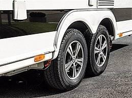Mit dem vielfach ausgezeichneten AL-KO Rangiersystem MAMMUT bewegen und steuern Sie Ihren Wohnwagen oder Anhänger einfach und präzise. Auch allein und auf einsamem Terrain. Auch auf engstem Raum und bei Steigungen bis zu 28 Prozent. Mit stufenloser Beschleunigung. Ohne Ruck oder Unterbrechung. Dabei ist die Steuerungselektronik perfekt in die robusten Aluminium-Antriebe integriert und damit vor Beschädigung und Nässe geschützt (IP65). Dank eines optimierten Gehäuses ist die Wärmeabfuhr im Vergleich zum Vorgängermodell nochmals verbessert. Mit der verlängerten Einschaltdauer ist somit ein längeres Rangieren selbst bei hohen Temperaturen und Belastungen problemlos möglich.