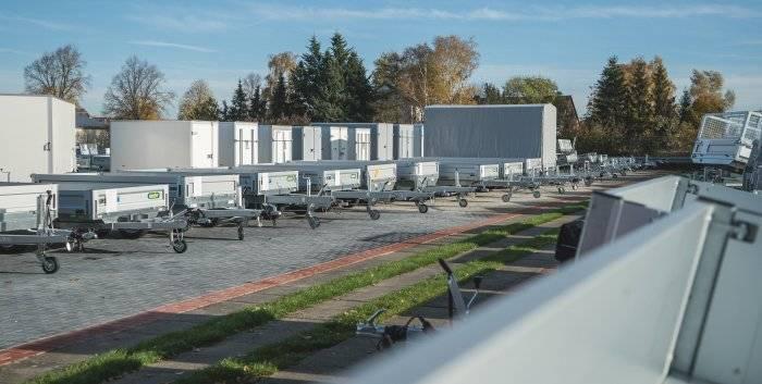 Wohnwagen Bodenburg Anhänger auf dem Grundstück hintereinander geparkt.