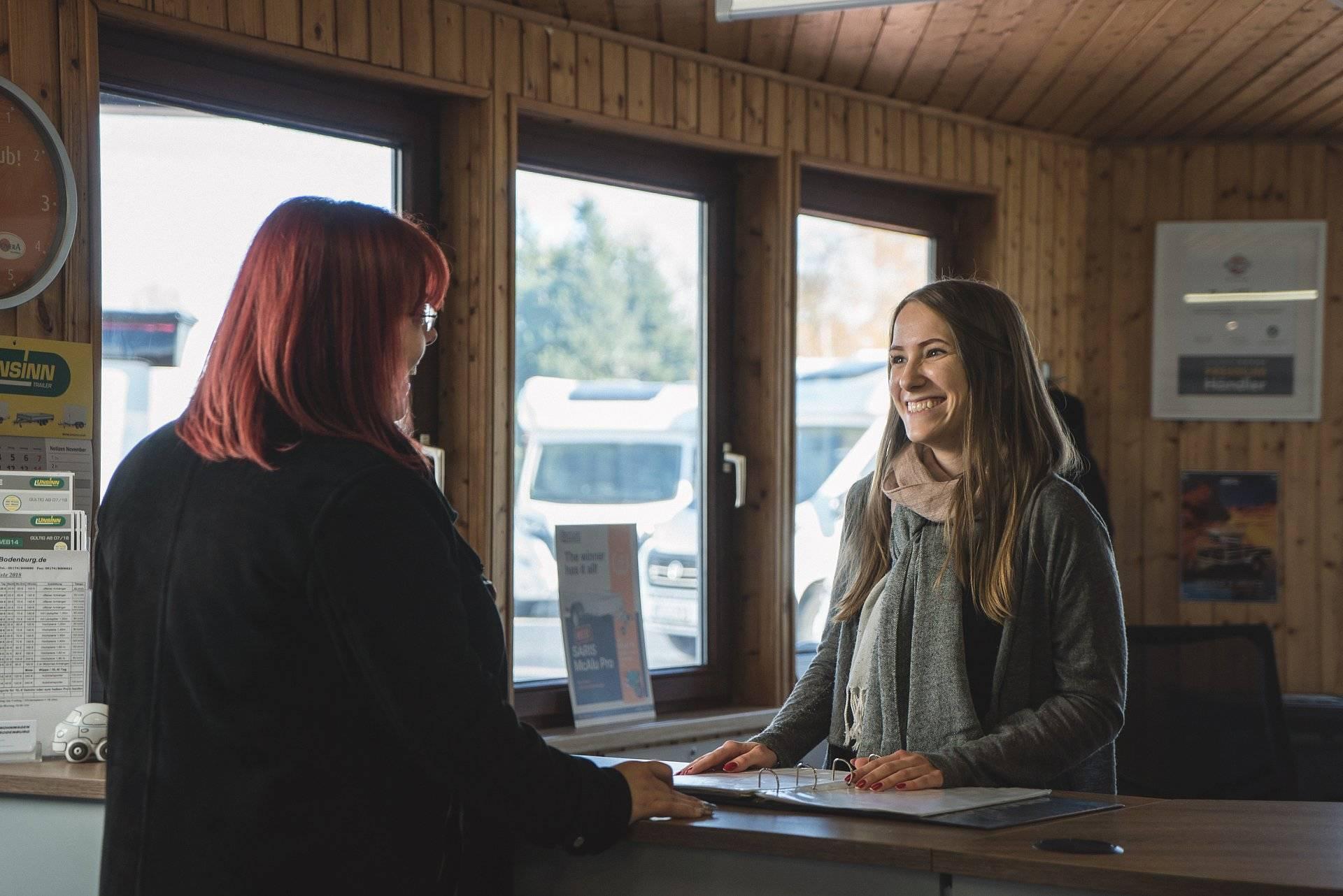 Kundengespräch im Eingang bei Wohnwagen Bodenburg.